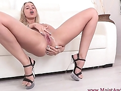 Watersports gal toys her fleshy pussy